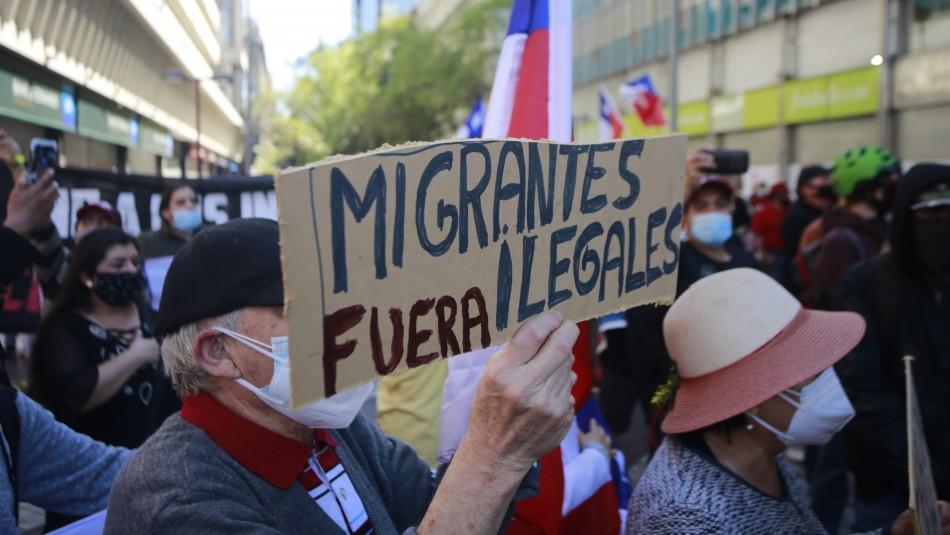 Una persona resultó apuñalada en marcha contra migración en Santiago: Se informa de 12 detenidos