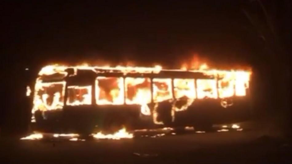 Tres buses fueron quemados en medio de manifestaciones en Villa Francia