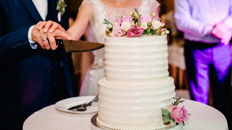 Matrimonio avaro cobra porciones de torta a los invitados a la fiesta: