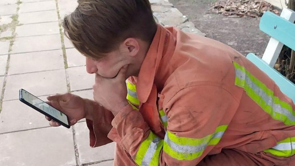 La historia tras la foto de un joven bombero que rindió un examen virtual mientras combatía un incendio