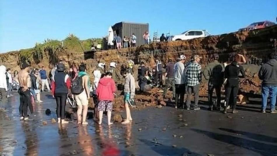 Joven queda sepultado vivo tras desmoronamiento de tierra en playa de Pichilemu y ahora está en riesgo vital