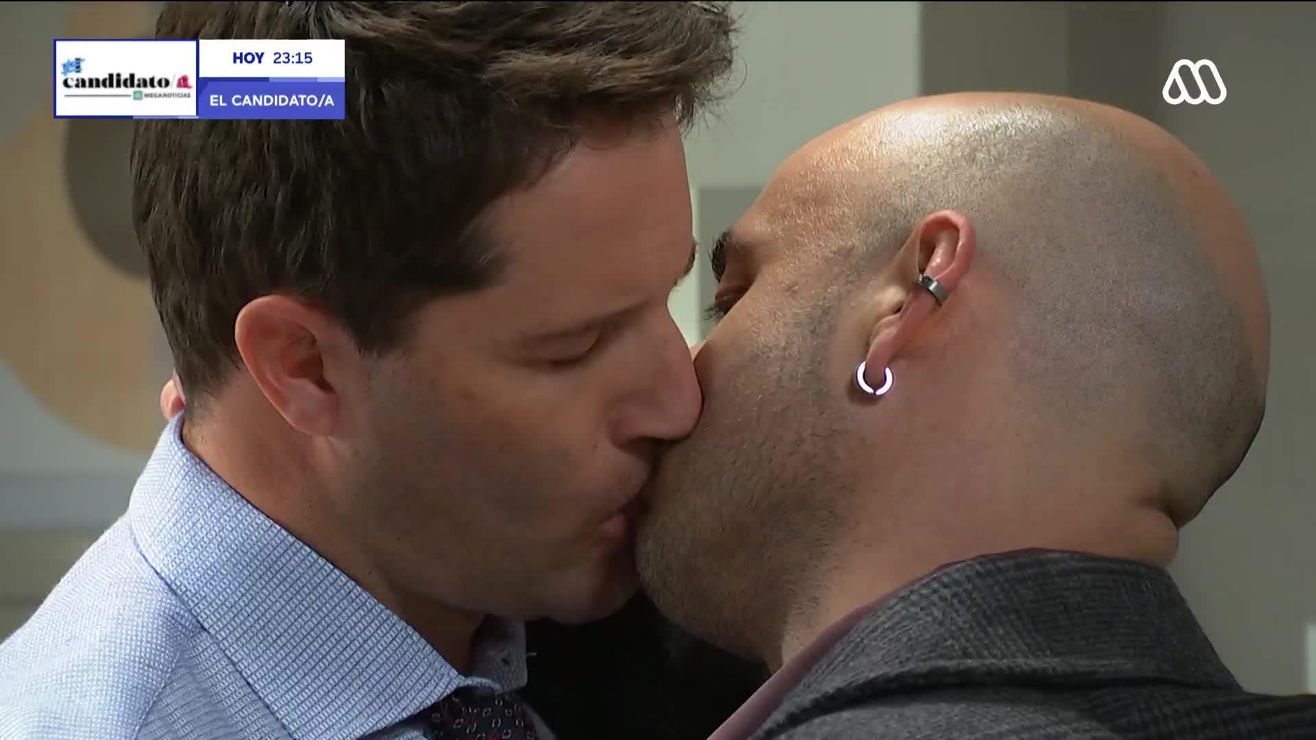 El beso entre Gaspar y Mateo